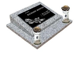 Urnengrabstein Nr. 3, Grabstein Grabmal, Grabplatte inkl. Inschrift und Motiv mit Sockel und zwei Kerze -