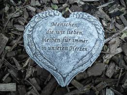 Grabschmuck Herz mit Flügelrand, mit Inschrift   Frostfest Steinguss  Grab Deko