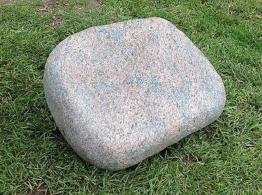 Grabstein, Liegestein, aus Granit mit  ihrer  Inschrift, handwerklich bearbeitet