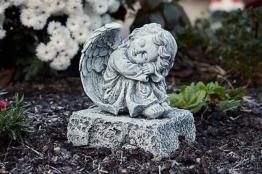 Steinfigur Engel auf Fels sitzend frostfest wetterfest Steinguss Grabschmuck