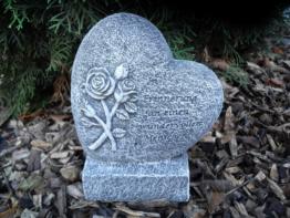 Steinfigur Herz auf Sockel mit Inschrift Frostfest Steinguss Grabschmuck Deko