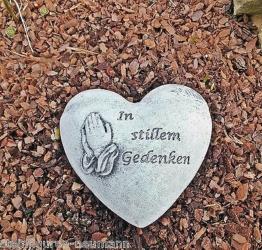 Steinfigur Herz Grabherz Inschrift In stillem Gedenken Grabschmuck Steinguss