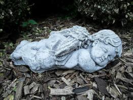 Steinfigur liegender Engel   Frostfest Steinguss Grabschmuck Garten Deko