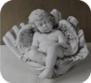 Engel in Muschel (A255) Grabengel Gartenfiguren Steinguss Steinfigur Grabfiguren
