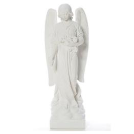 Engel wirfend Blumen, weisser Marmor