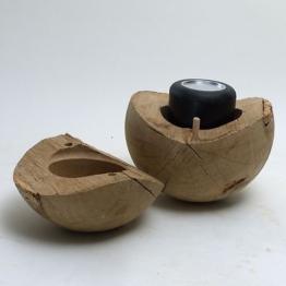 Natürliche Schmuckurne aus massiver Eiche in Kugelform zum Aufbewahren der Urnen
