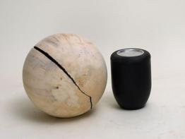 Schmuck-Urne in einer Kugelform aus einheimischem Pappelholz, gespalten, ausgehö
