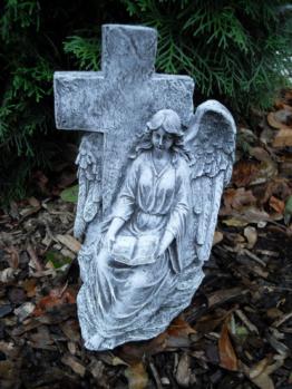 Steinfigur Engel an Kreuz sitzend  Frostfest Steinguss Wetterfest Garten Grab