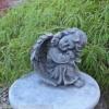 Steinfigur Engel sitzend Steinguss Grabschmuck Schutzengel Frostfest