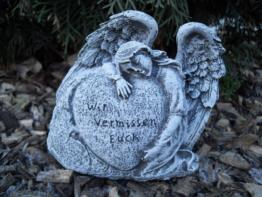 """Steinfigur Grabschmuck Engel am Herz """"Wir vermissen Euch""""  Frostfest Grab Deko"""