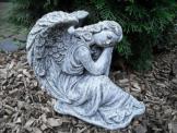 Steinfigur weiblicher Engel sitzend  Frostfest Steinguss Garten Grab Deko