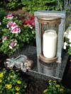 Grablampe aus Bronze mit einem Engel auf Granit, Grabgestaltung, Grablaterne