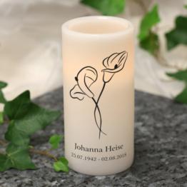Gedenk-Kerze mit Calla-Blüten, Wunschname und Datum
