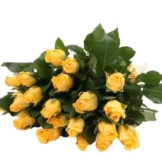 Gelbe Rosen im Bund mit Schleife