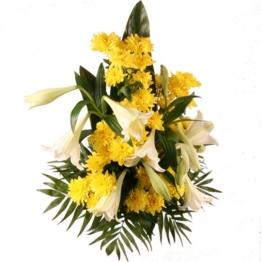 Grabstrauß mit weißen Lilien und gelben Chrysanthemen
