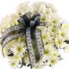 10 weiße Feder-Chrsysanthemen mit Schleife / Trauerflor
