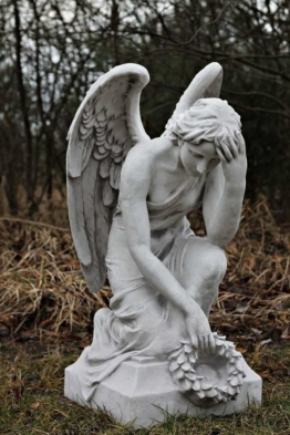 Grabengel Engel kniend mit Kranz Gartenfigur Statue Steinguss Grabschmuck 82 cm