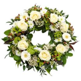 Klassischer Trauerkranz (mit Gerbera, Chrysantheme, Rosen)